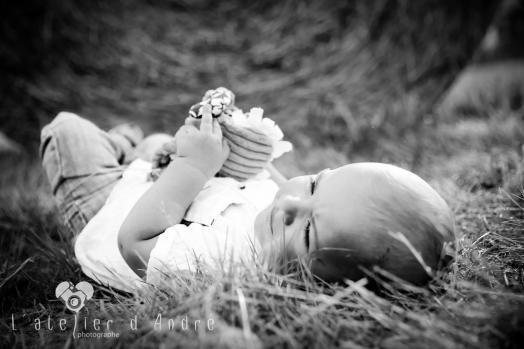 Enfants dans les champs de bottes de paille